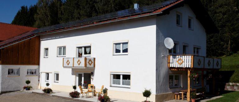 achatz-bayerischer-wald-romantikferienhaus-gruppenurlaub-aussen-ansicht-1400