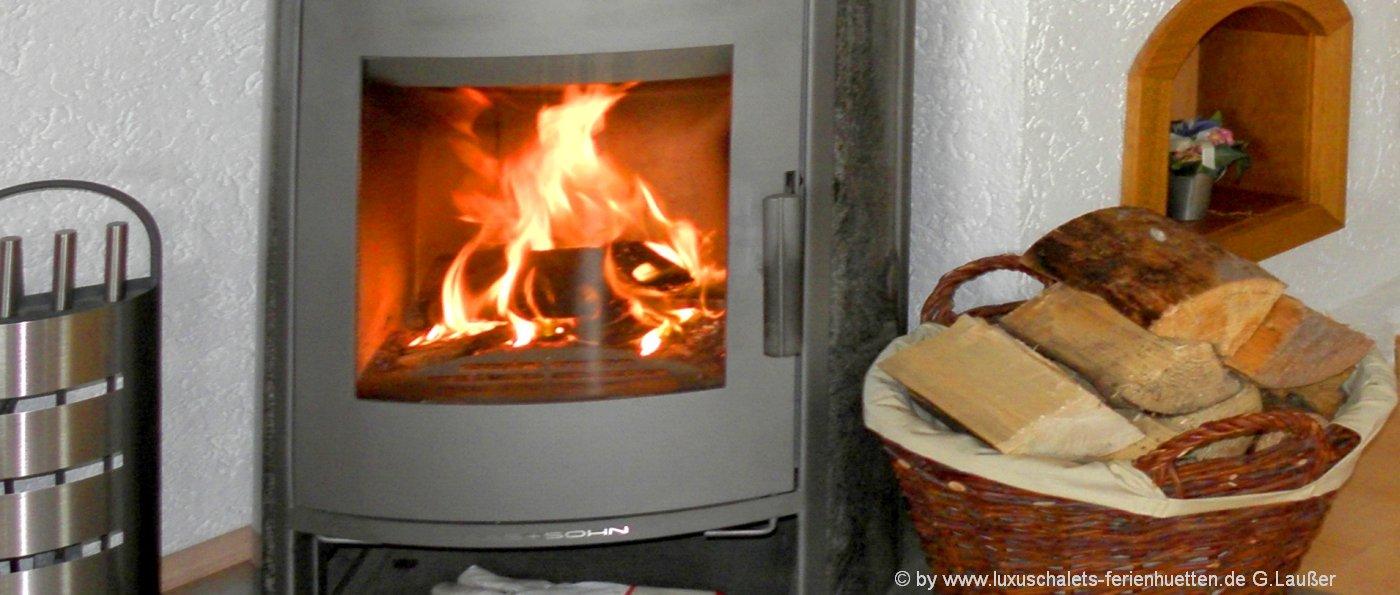 bayern-ferienhaus-mit-kaminofen-holzofen-feuer
