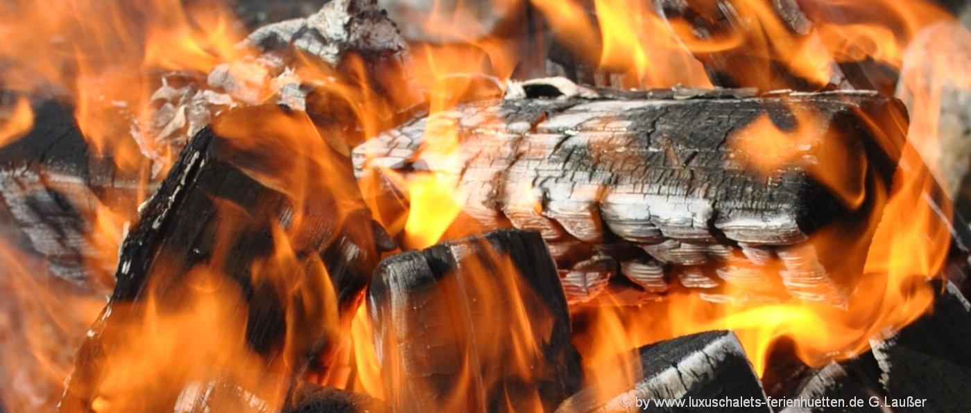 berghütten-mit-kaminofen-holzofenfeuer-ferienhütten-mieten-heizen