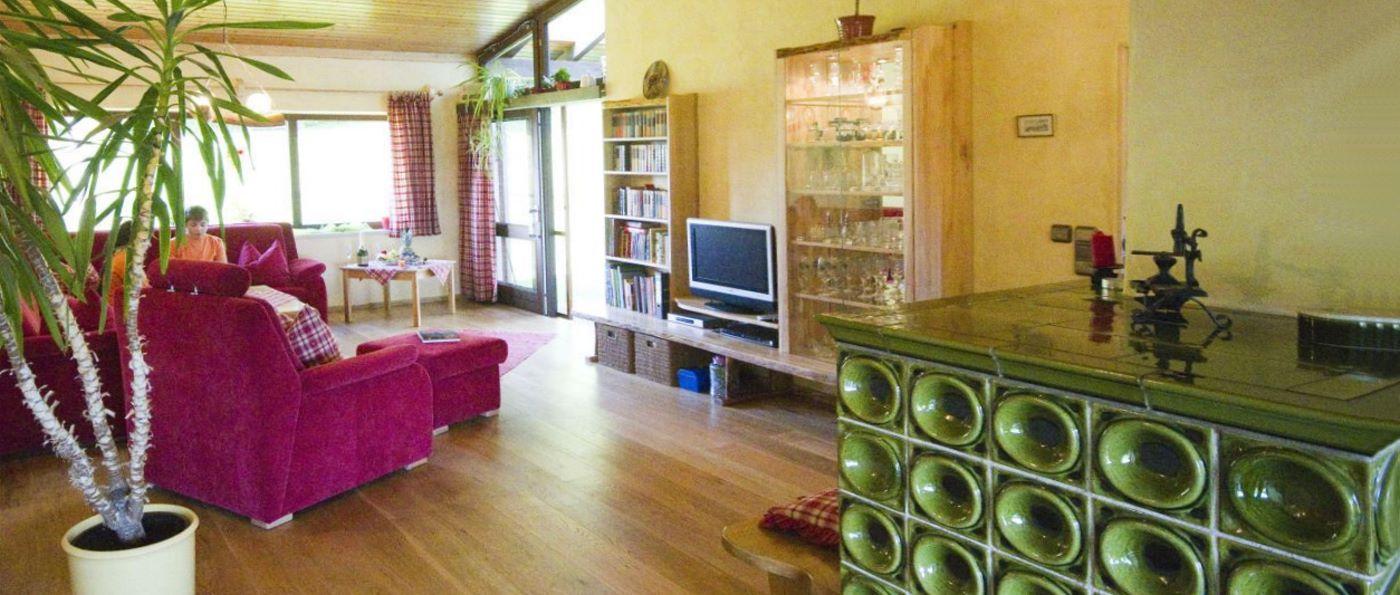 hacker-niederbayern-urlaub-bungalow-kachelofen-wohnzimmer