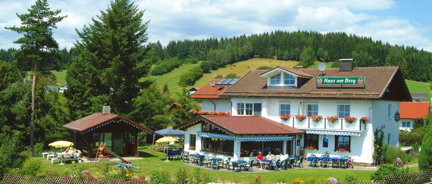 haus-am-berg-familienfreundliches-hotel-kinderfreundliches-bayern-aussenansicht