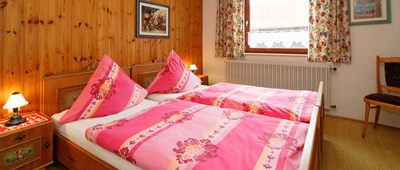 hirschhof-bauernhof-bayerischer-wald-holzhaus-bungalow-schlafzimmer