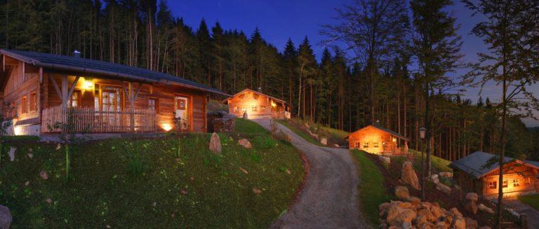 hüttenhof-almdorf-bayerischer-wald-bergdorf-chalets-hütten-ansicht