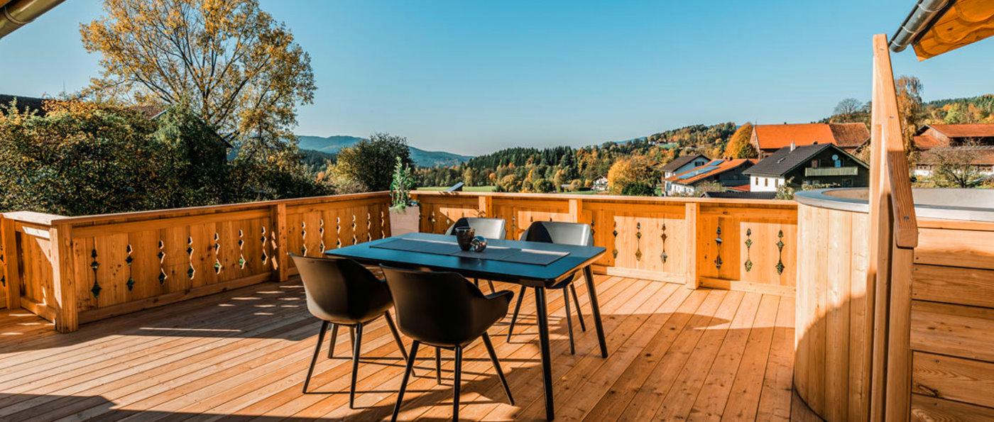 koeppl-bayern-premium-chalet-bayerischer-wald-terrasse-hot-pot-aussicht