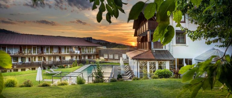 lindenwirt-luxushotel-bayern-wellnesshotel-infinity-swimming-pool