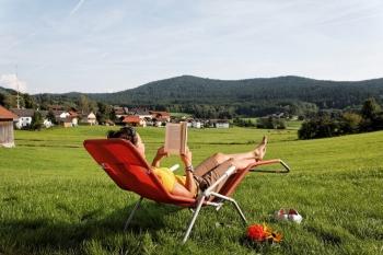 Chalet Hütte Aussicht Bayerwald entspannen im Liegestuhl