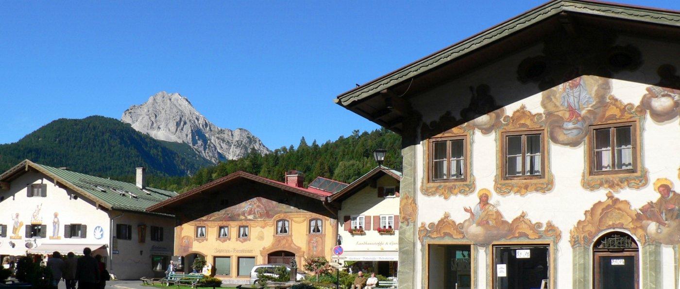 mittenwald-berghuettenurlaub-luxus-chalets--historische-hausfassaden