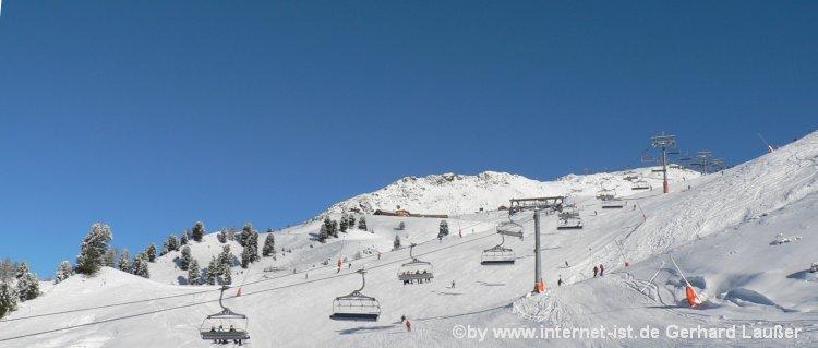 Hüttendorf im Skigebiet mit Berghütten Skigebiet Ischgl Winter Schnee Berge