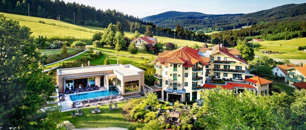 reinerhof-sankt-englmar-bayern-wellnesshotel-deutschland-aussen-pool