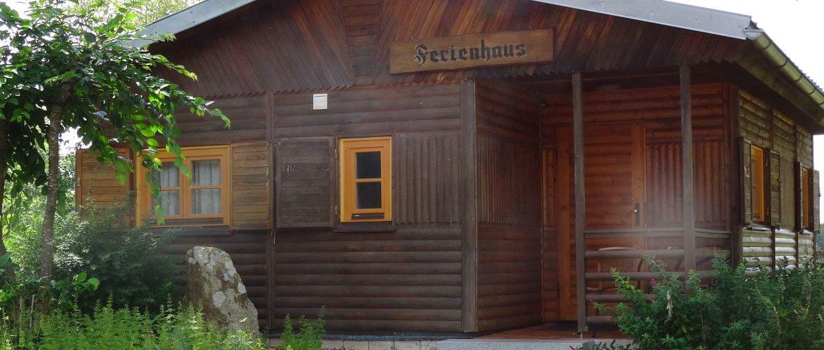 schanzer-blockhaus-am-see-bayern-blockhuettenurlaub-ansicht-1200