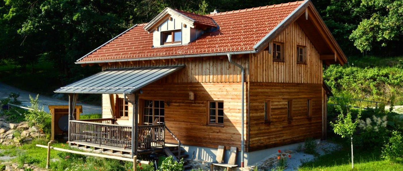 sunleitn-niederbayern-chalets-4-personen-berghütten-ansicht
