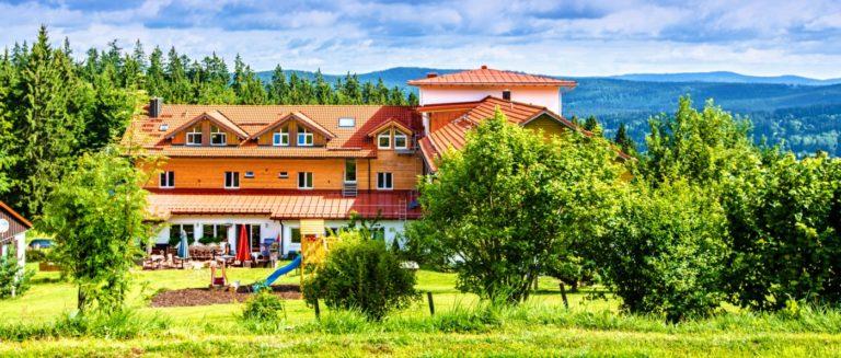 waldeck-koch-bayerischer-wald-luxushotel-bayern-hundehotel-aussenansicht