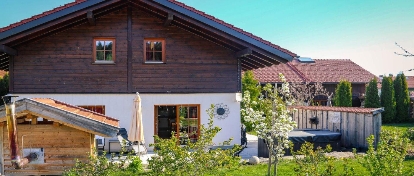 wartner-jagdhaus-niederbayern-luxus-chalet-pool-aussenansicht