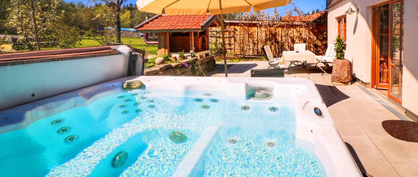 Bayerischer Wald Luxus Chalet mit eigenem Whirlpool vorm Haus