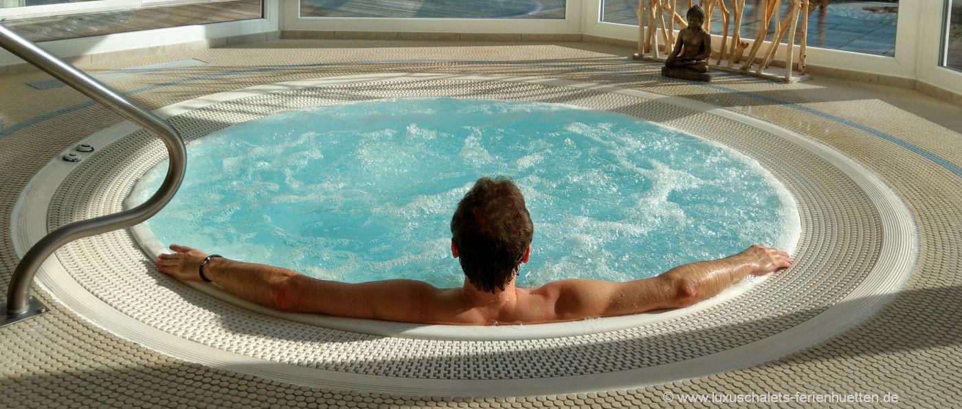 wellnessurlaub-bayerischer-wald-romantik-chalet-whirlpool