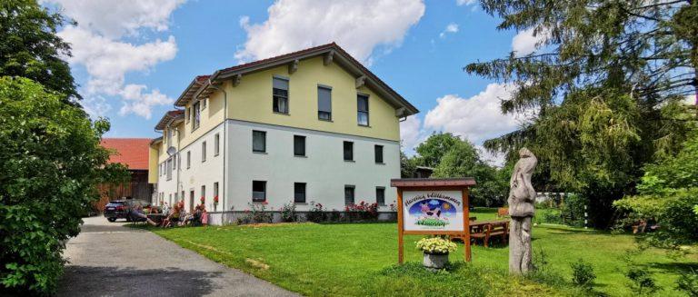 wouznhof-bayern-exklusiver-bauernhofurlaub-modernes-ferienhaus-ansicht